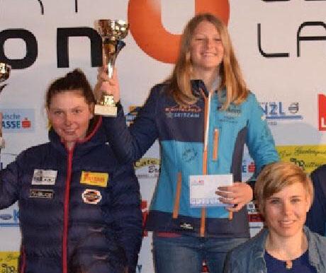 Gesamtsiegerin Vici Gruber und Zweitplatzierte Kerstin Wolfger mit prominenter Gratulantin.jpg